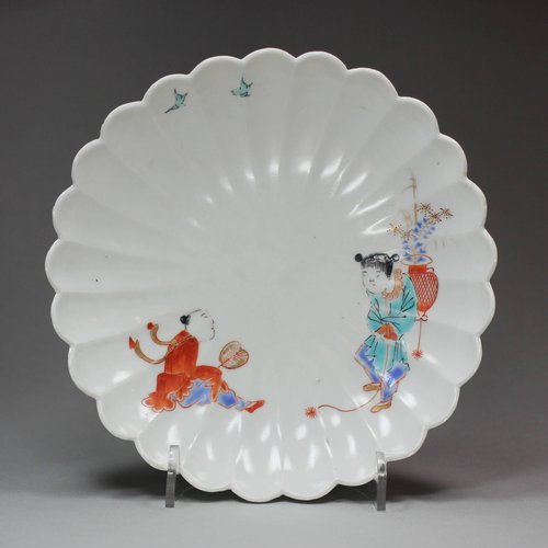 Y623 Japanese Kakiemon fluted 'two boys' saucer dish